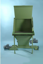 Sack discharge station with hopper and screw feeder
